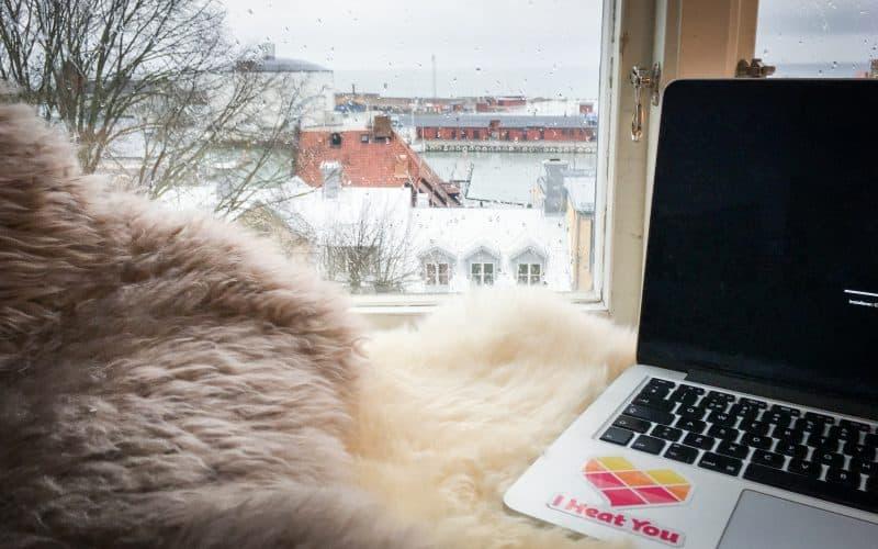 Dator i fönstret med utsikt över Visby småbåtshamn