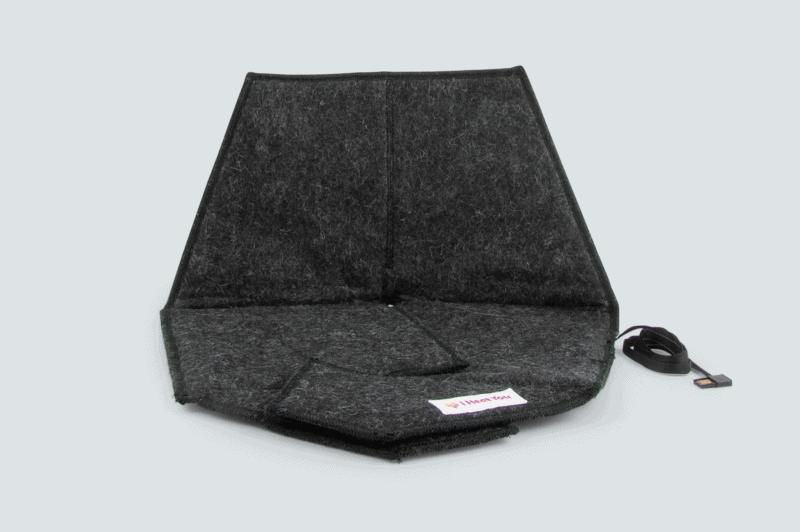 Sittdynan Heather i färgen black framifrån med en grå bakgrund.