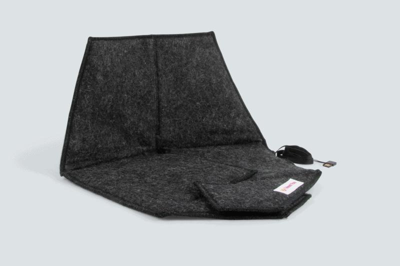 Sittdynan Heather i färgen black med en grå bakgrund.