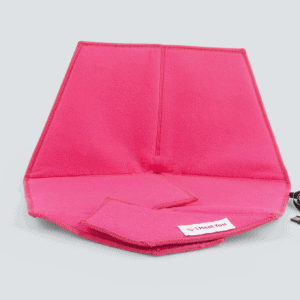 Heated pad Heather in pink with a gray background