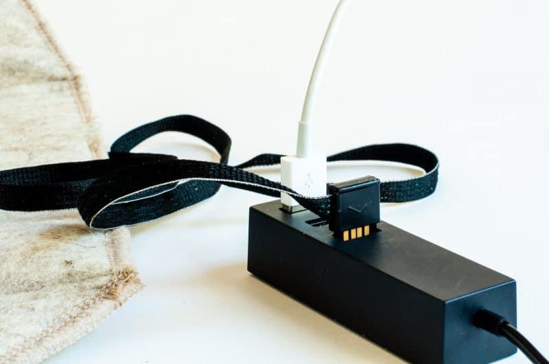 Detaljbild på hur den uppvärmda sittdynan Heather kopplas vis USB till en USB-hub.